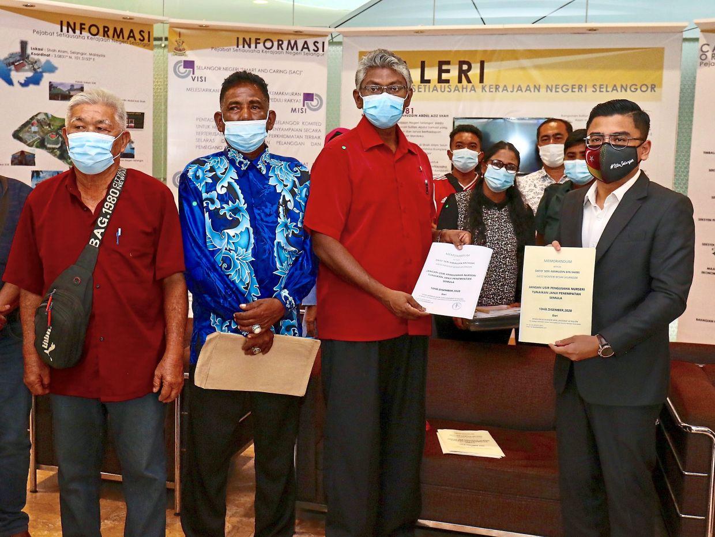 Sivarajan (second from right) handing over the memorandum on behalf of the Sungai Buloh nursery operators to Mohd Hidayat (right) at Bangunan SUK in Shah Alam. With them are Chee Hoong (left) and Mohd Noor.