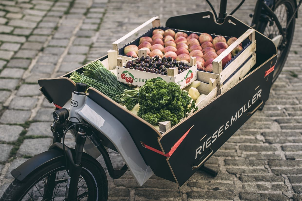 Your weekly shopping can easily be transported home on a cargo bike, and depending on the model, you'll be able to handle as much as 250kg in total. — r-m.de/pd-f/dpa
