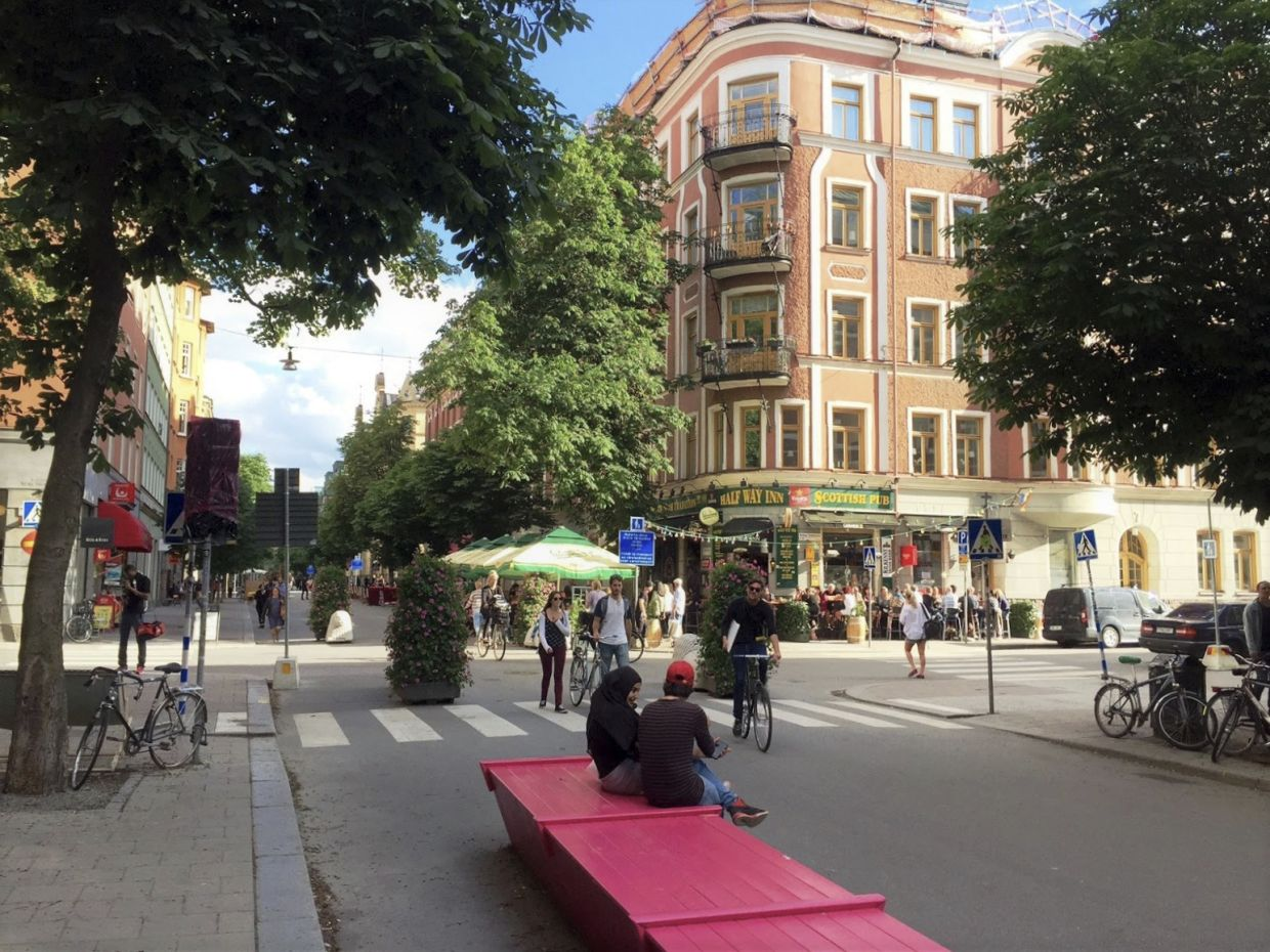 Since 2017, several streets in Stockholm have been closed to cars and trucks throughout the summer. From mid-May to mid-September, pedestrian zones are set up there instead. — dpa/ADFC/The Stockholm Tourist