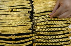 Gold dips as investors are wary over stimulus delay