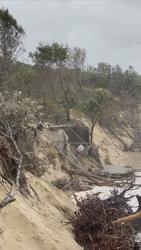 Wild winds, huge seas and rain batter Australian tourist spots