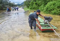 Kuala Krai folk forced to use boats