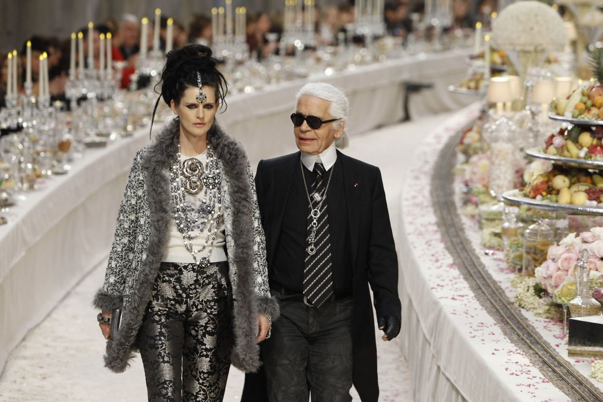 A 2011 file photo shows German fashion designer Karl Lagerfeld with Stella Tennant, at the end of the presentation of his Paris-Bombay collection for Chanel. Photo: AP
