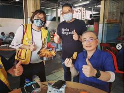 Dr Wee treated to pisang goreng by Air Hitam voter