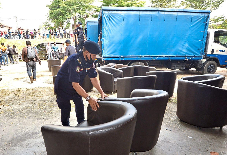 MBSA  enforcement officers  conducting an operation  on errant  businesses in Bandar Baru Sungai Buloh.  —Filepic