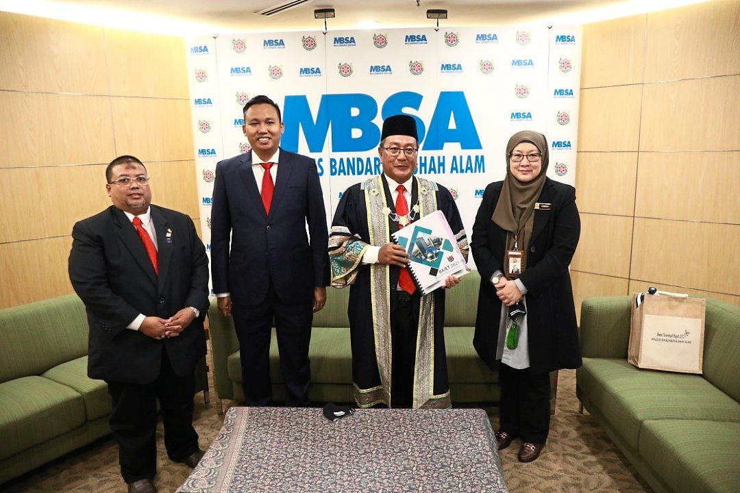 MBSA mayor Datuk Haris Kasim (second from right) unveiling the 2021 budget.