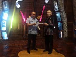 Johor Sultan presented with MRT coach replica