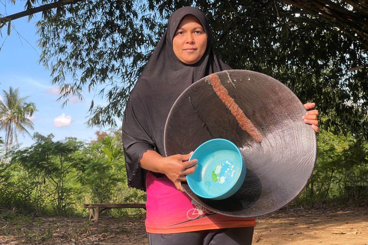 WIth the money she gets from selling gold, Sunisa is able to buy food to feed her family.