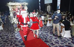 Santa Claus delivers nice wedding surprise