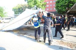 MBSJ demolishes illegal hawker stalls in Puchong Permai
