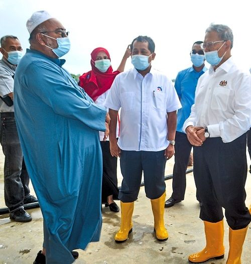 New development: Mustapa (right) touring the proposed site for the Tok Bali Integrated Fisheries Park in Kelantan. Also present was Baidzawi (middle). — Bernama