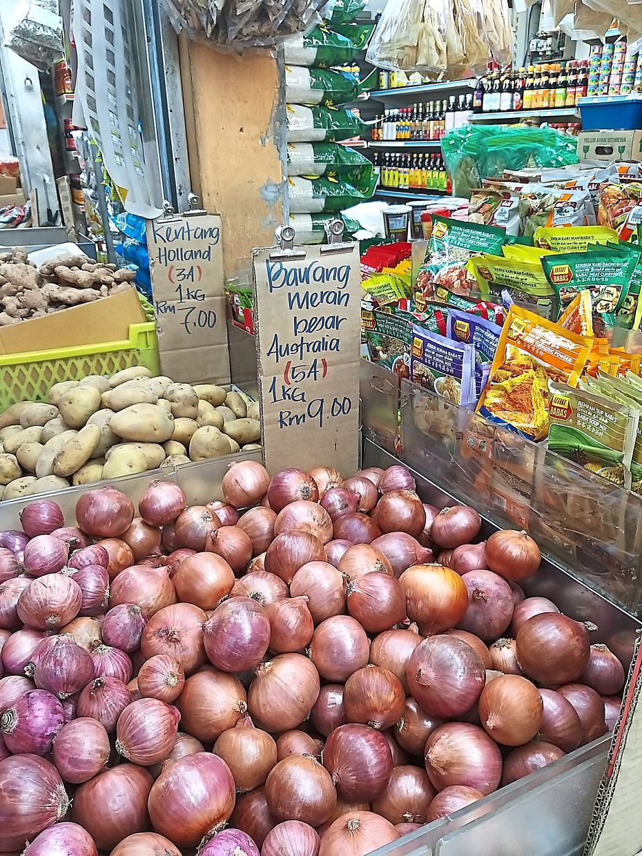 Locals are resorting to buying red onions from Australia following the increase in price of the ones from India. — Filepic