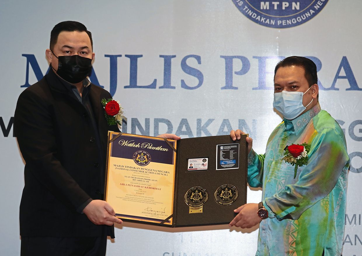 Yeo (left) presenting to Zikril a certificate to mark the latter's appointment as Selangor MTPN adviser.