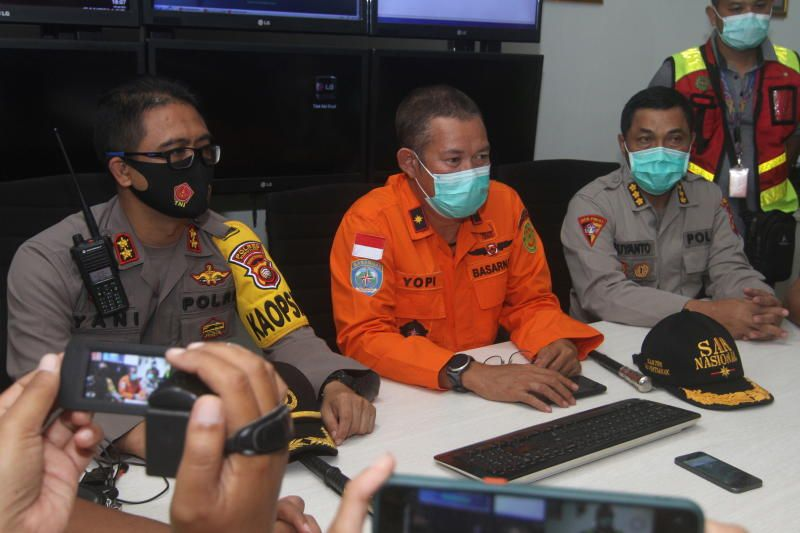Head of Pontianak Basarnas, Yopi, gives a speech during a conference after Sriwijaya Air Flight SJ182 with more than 50 people on board, lost contact after taking off, according to local media at Supadio Airport, Kubu Raya, West Kalimantan Province, Indonesia, on Saturday (Jan 9, 2021). - Antara Foto/Reuters