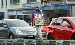 Motorists find peddlers on roads a menace