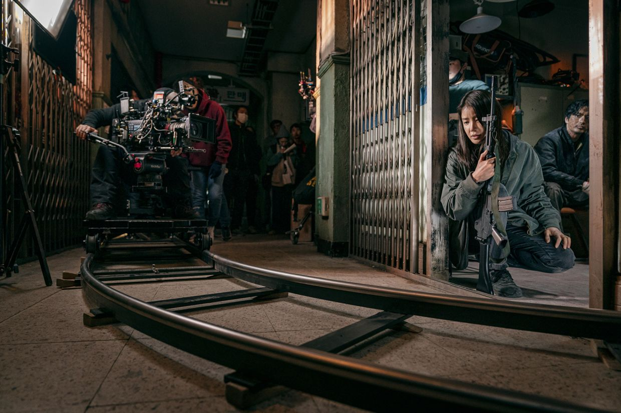 A behind-the-scene of actress Lee Si-young on the set of 'Sweet Home'.