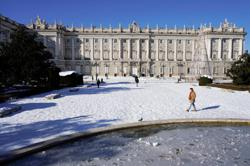 After record snowfall, Madrid confronts mammoth garbage heaps