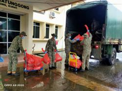 Army help send food rations to villagers cut off by Sabah floods