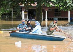 King, Queen visit flood victims in Pekan
