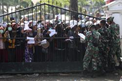 Indonesian medics overwhelmed by quake casualties