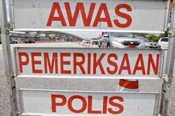 PJ cops lifting roadblock in Kota Damansara for SPM students