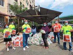 Food basket aid for 950 families in Klang
