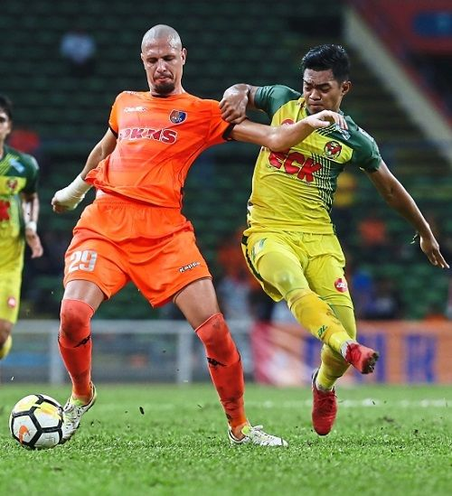 New challenge: Ariff Farhan Isa (right) is set to play as a leftback after Kedah lost three players in that position.
