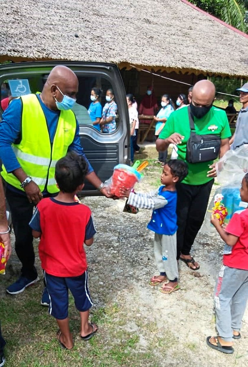 During the pandemic, Spoonful of Hope volunteers travelled to Pulau Carey to give out food aid to those in need.