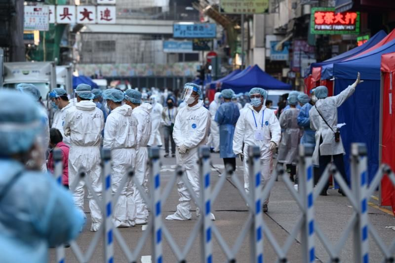 Health workers conduct testing in the Jordan area of Hong Kong on January 23, 2021, after thousands were ordered to stay in their homes for the city's first coronavirus lockdown as authorities battle an outbreak in one of its poorest and most densely packed districts. - AFP