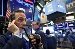 Stocks lag, US$ advances on COVID-19 concerns