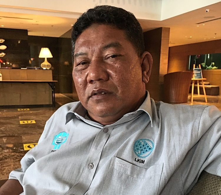 Azli says it is high time traditional fishermen change their ways of gaining income in order to survive.