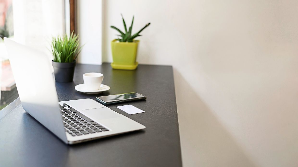 A clean desk gives you more room to work and space to gather your thoughts. Photo: Freepik