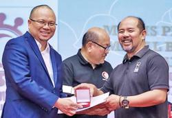 Health Minister awarded for breaking epidemic chain