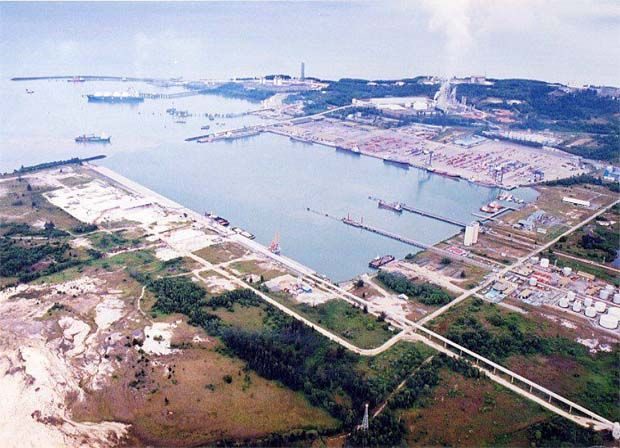 """According to Petroliam Nasional Bhd, the term sale which facilitates the delivery of LNG via ISO tanks is a """"customer-centric and pragmatic solution"""" undertaken by the national oil company that supports and enables greater accessibility to clean energy. (File pic: Bintulu Port)"""