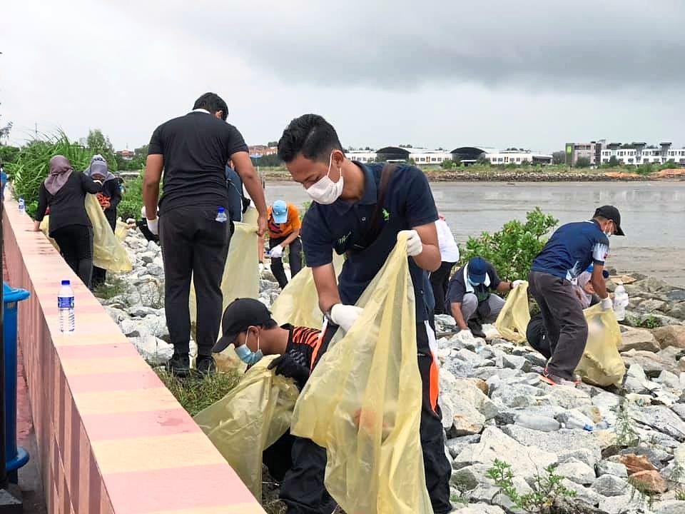 Persatuan Mahasiswa Anak Pontian members participating in a beach clean-up programme organised with the Pontian District Council in September 2020.