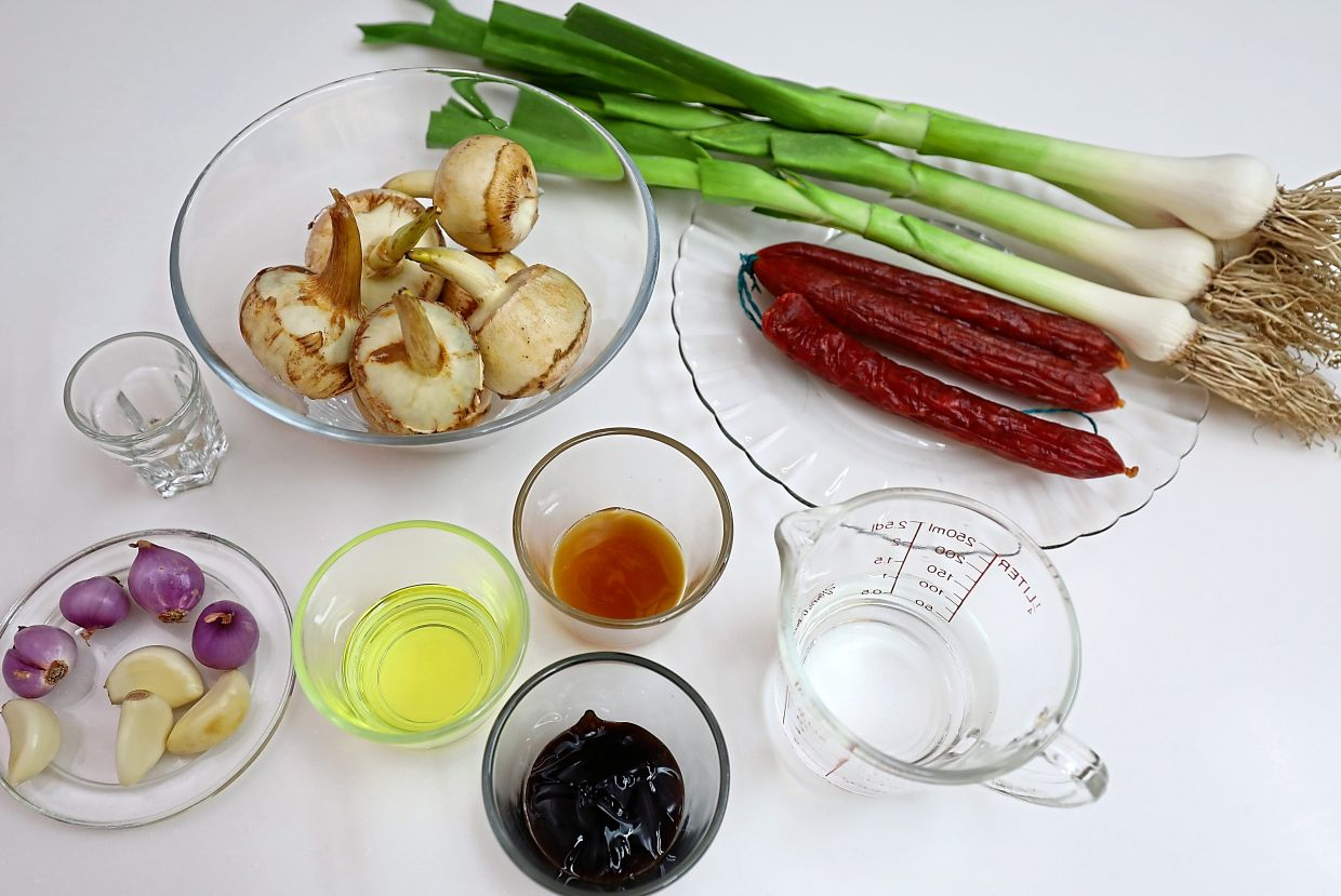 The ingredients for arrowroot and leeks with Chinese sausage.