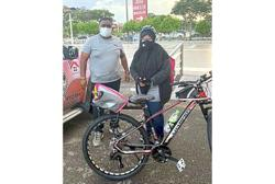 Couple help foot courier get her own bike
