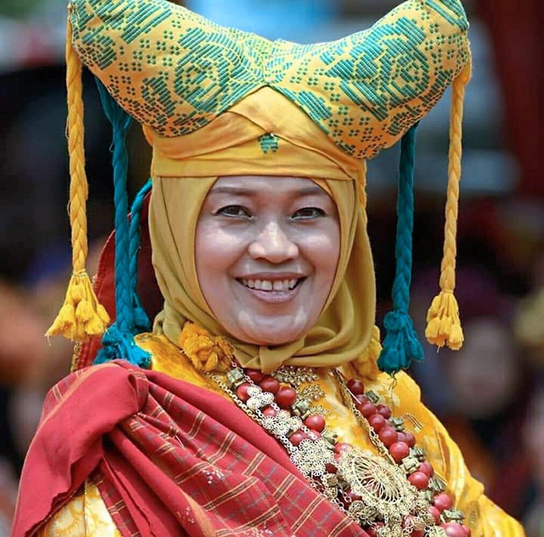 An Ibu Soko wearing a Tengkuluk Tanduak (Tikuluak Tanduak), a double-pointed horn headress — Photos: TUAN PUTERA JEFRIZAL
