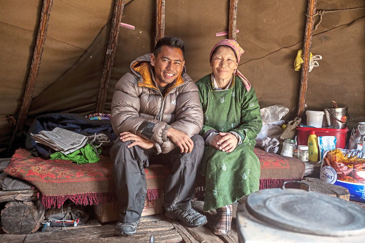 Zahariz with a Tsaatan woman in Siberia. In his videos, he shares many interesting stories with these reindeer herders.