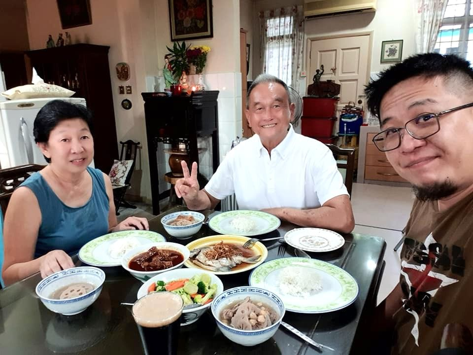 Tan (right) with his parents celebrating CNY at their home last year. Photo: Kenneth Tan