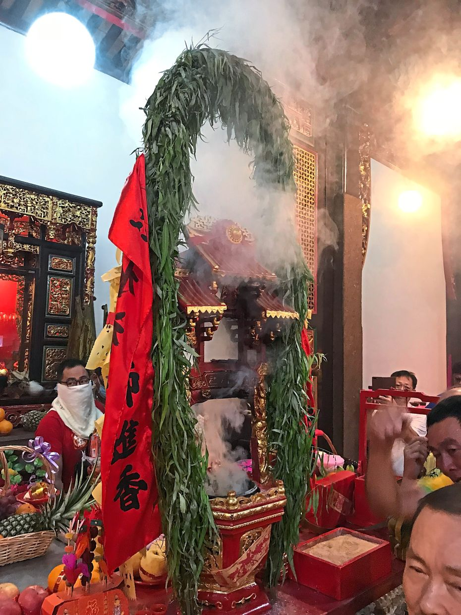 The special incense urn where the deity's economic prediction is divined.