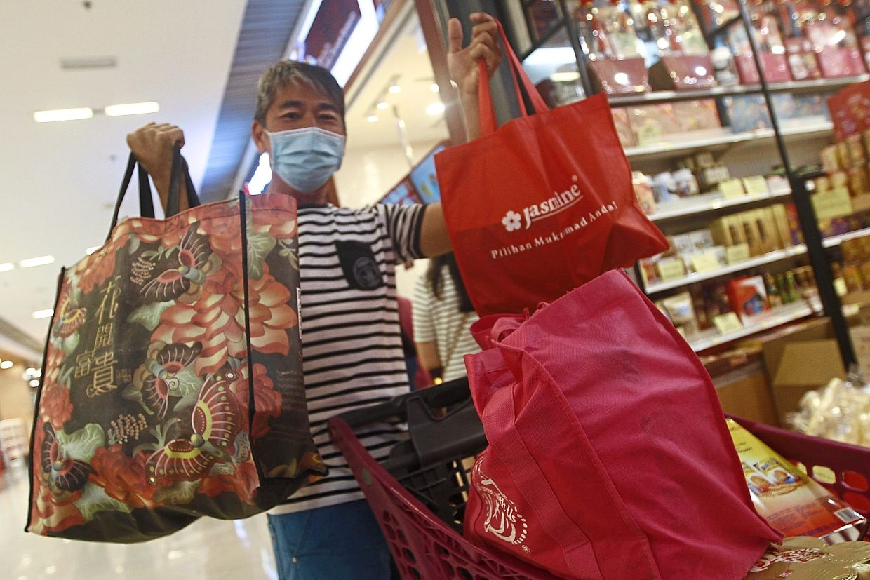 Koay puts his shopping items in recyclable bags brought from home.