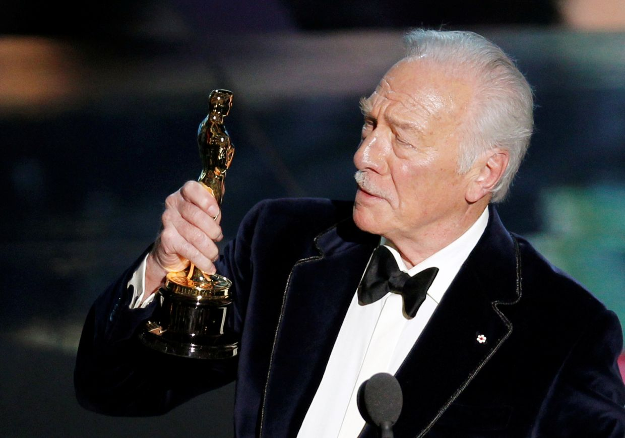 Christopher Plummer, accepts the Oscar for best supporting actor for his role in 'Beginners' at the 84th Academy Awards in Hollywood, California, Feb 26, 2012. Photo: Reuters
