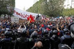 Thousands protest in Tunis despite police blockade