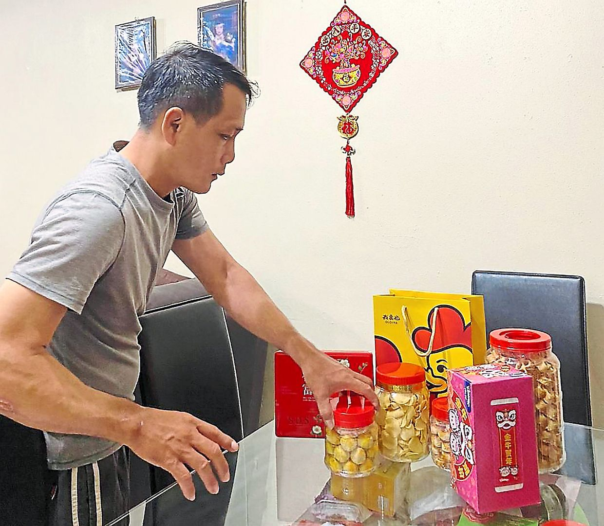 Mooi Seng has opted not to send CNY goodies to his parents as delivery is too expensive.