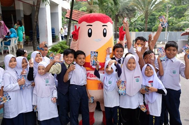 SK Seri Delima KL students with their Yakult probiotic beverage, in this August 2019 file photo. The brand conducted its Misi Sihat Yakult campaign to educate students about probiotics and the importance of keeping a healthy digestion.