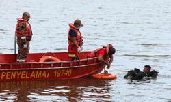 Divers retrieve Jane Doe from submerged car