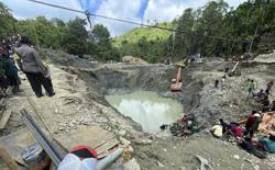 Indonesia hunts for missing after mine collapse kills six (Update)