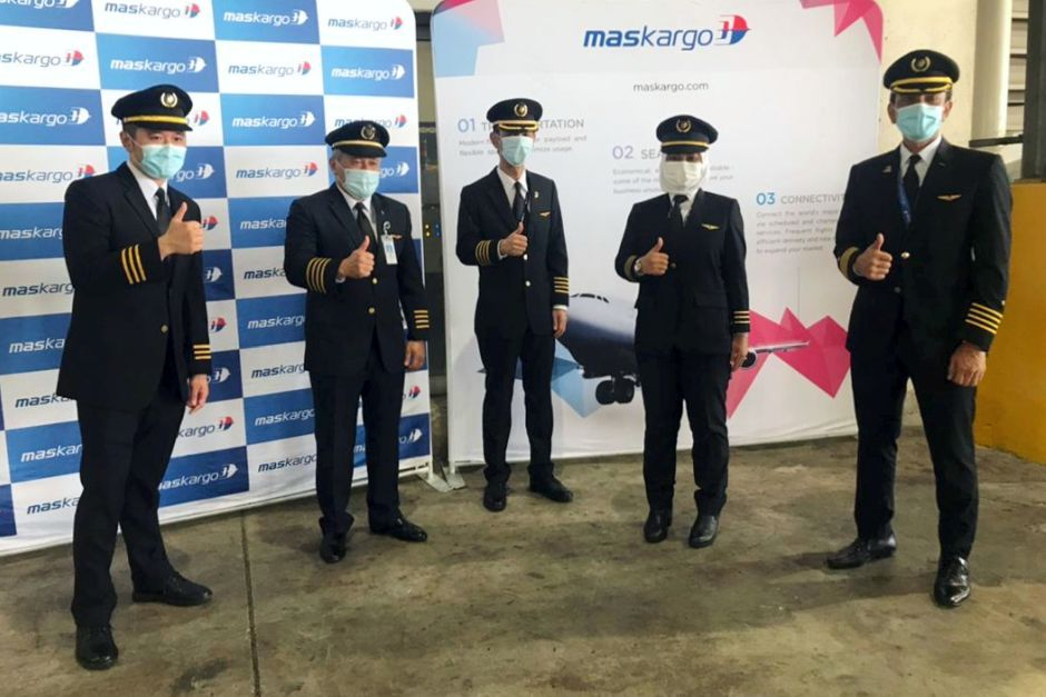 Nur Waie (second from right) was one of five pilots responsible for the flight which carried the Sinovac vaccine to Malayisa - Bernama