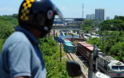 Cargo train slips off track, blocking two railway tracks at Batu Tiga KTM station